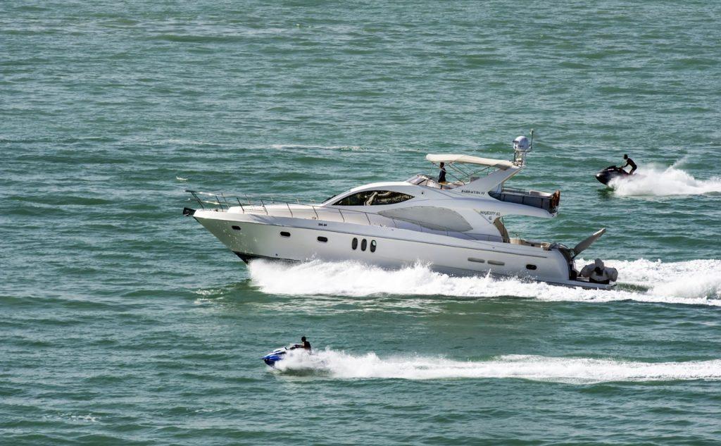 imagem de uma corrida de jet skis no mar